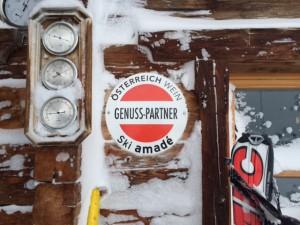 """De deelnemende """"Hütte"""" zijn te herkennen aan deze muurschilden"""