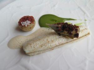 Tongfilet met foie gras, meiknol, dragoncrème en beurre blanc-saus