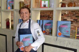 Raimond Zommers met zijn kookboek in restaurant Entresol