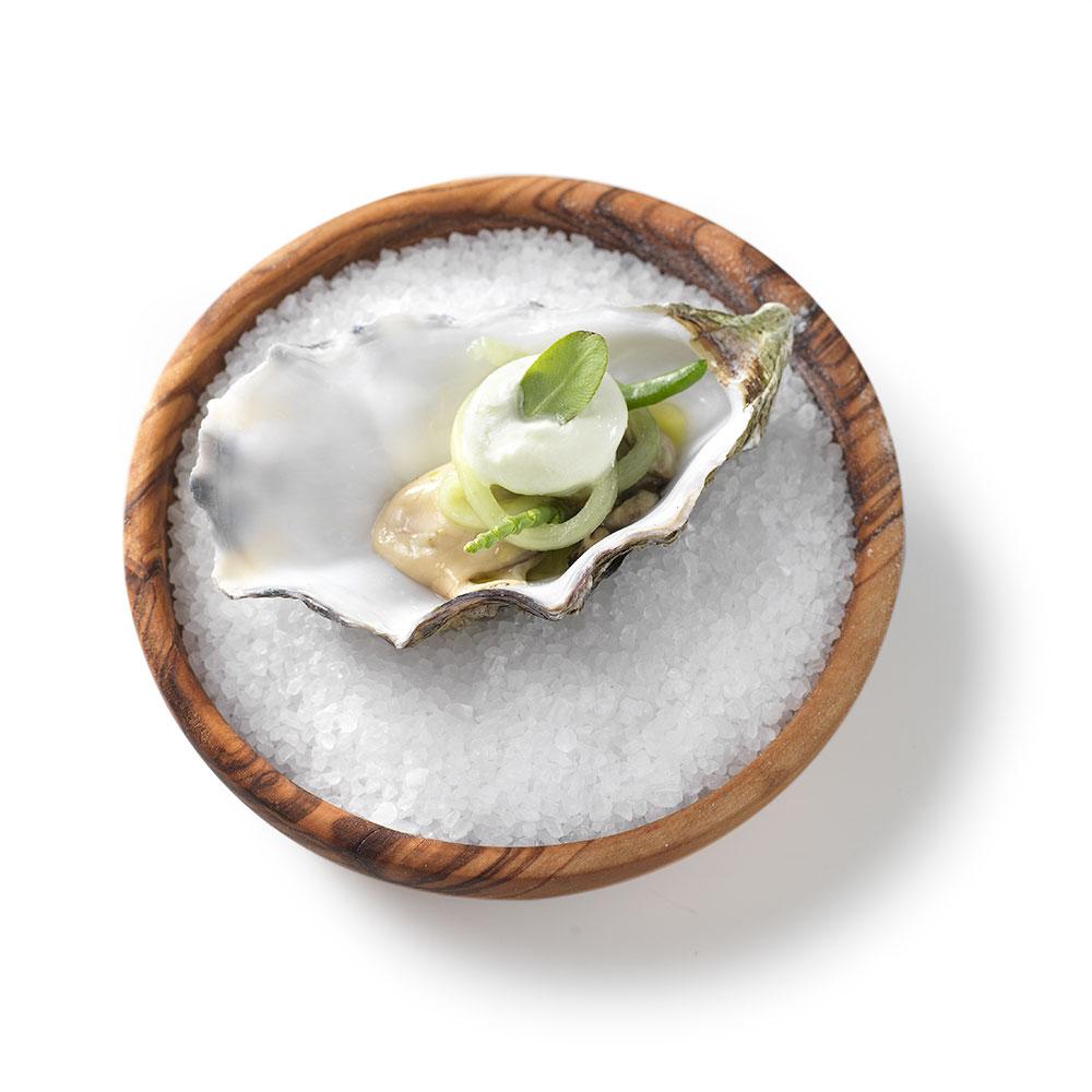 Zeeuwse oester, gemarineerd in basilicum, met komkommer, passievrucht en limoen - Restaurant Vista