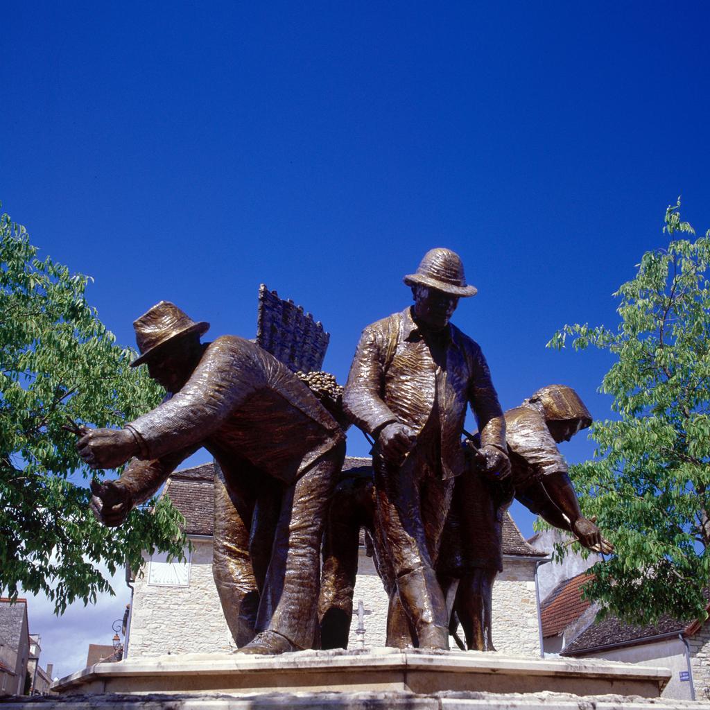 Standbeeld van de wijnbouwers in Puligny-Montrachet (foto BIVB – Denis Gadenne)