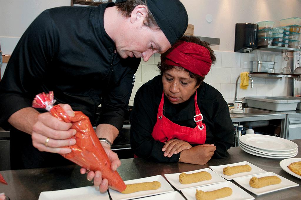 Allard Sieburgh en Betty van Bokhoven in de keuken van De Sawa