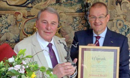 Journalist John Bindels onderscheiden met Wijnrank