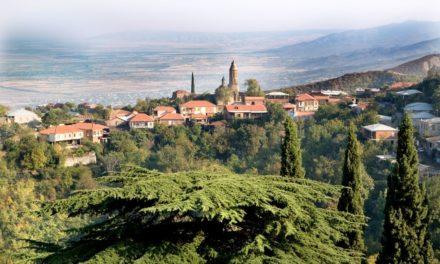 Toscaans dorpje met Chinese Muur in de Kaukasus